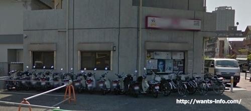 新聞販売店のバイクの駐車